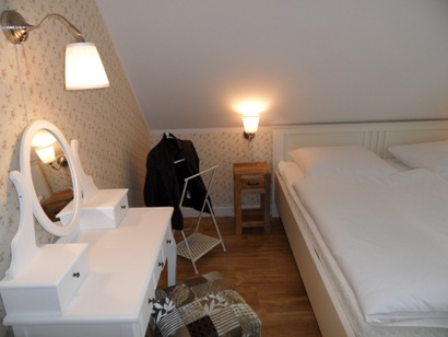 1. Schlafzimmer mit Frisierkommode