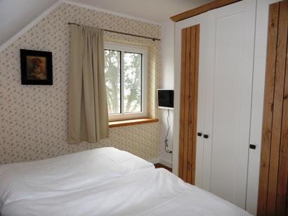 1. Schlafzimmer mit großen Schrank und TV