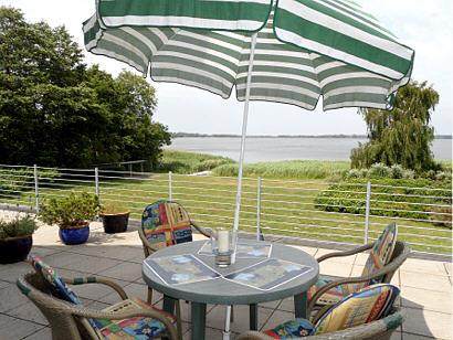 Große Terrasse mit Blick auf den See