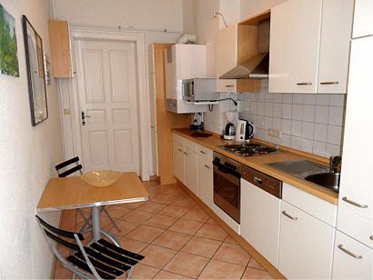 Küche und geschmackvoll eingerichtetes Wohnzimmer