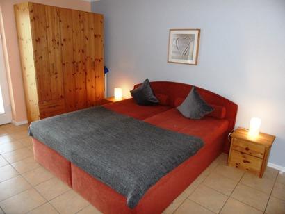 Schlafbereich mit großem Bett