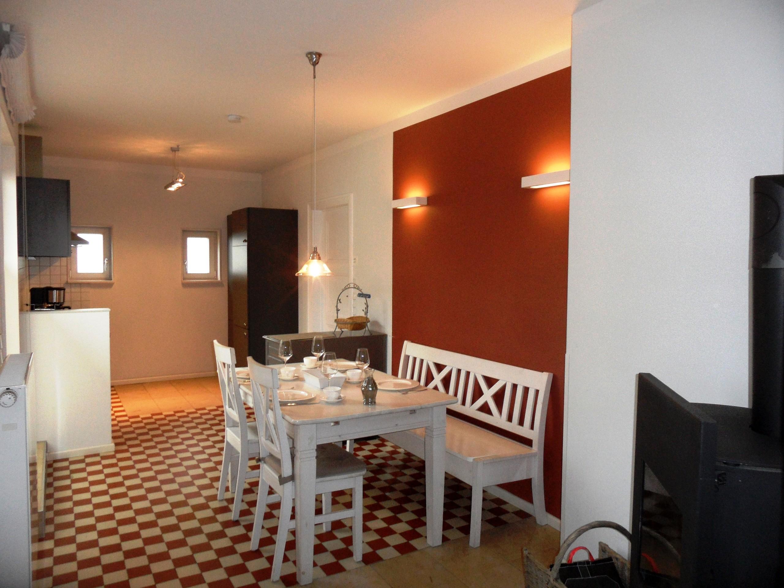 Küche mit gemütlichen Esstisch