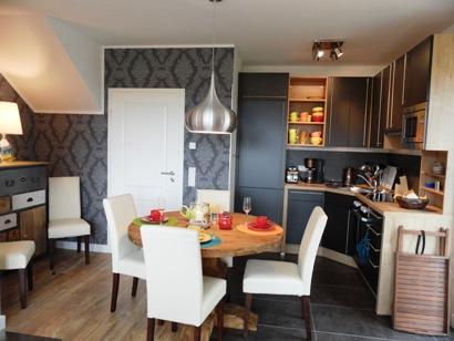 Voll ausgestattete Küche und Esstisch