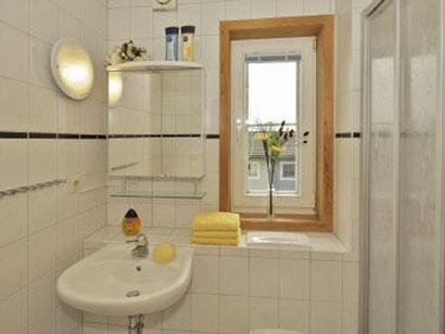 Sauberes und geräumiges Badezimmer