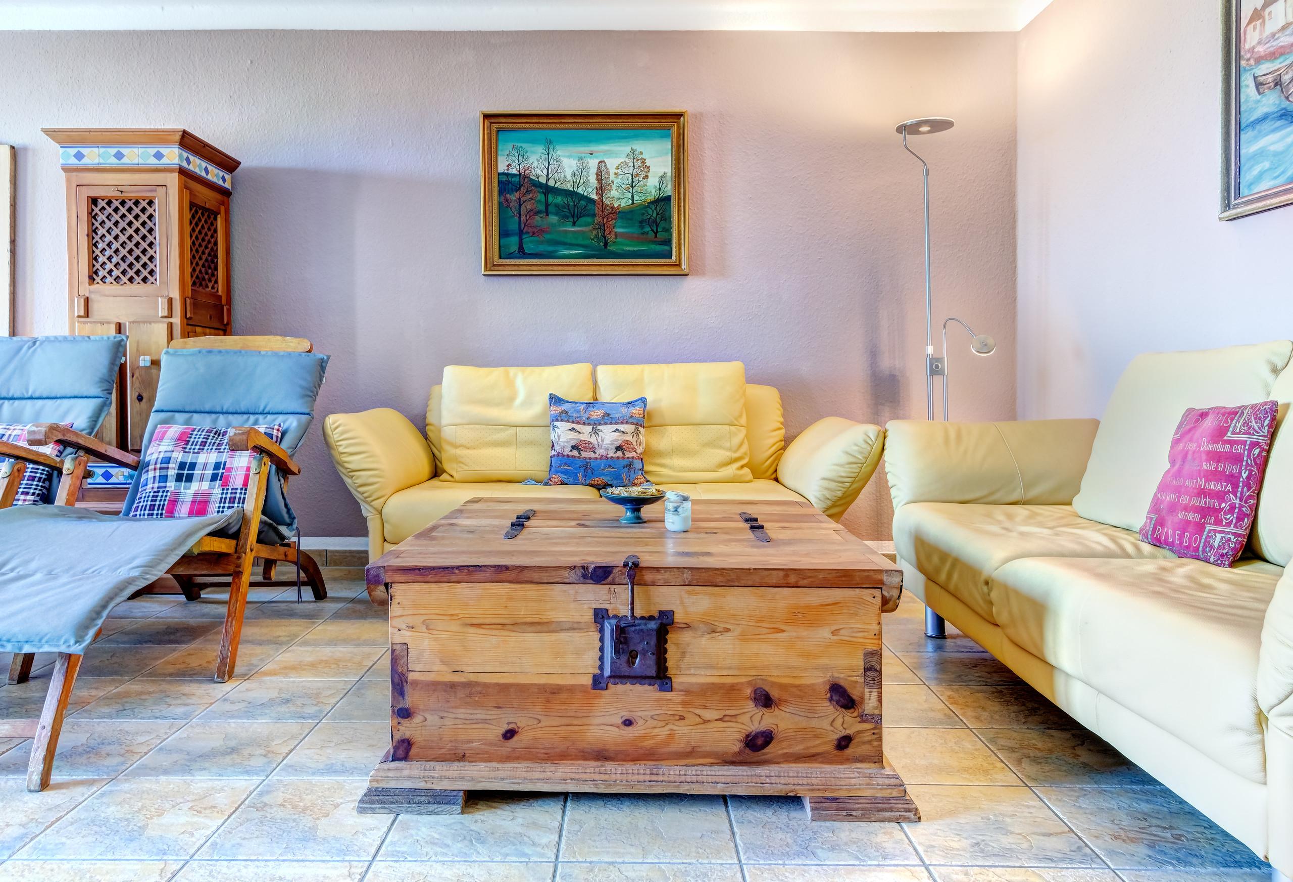 gemütlicher Platz im Wohnzimmer ist die Couch