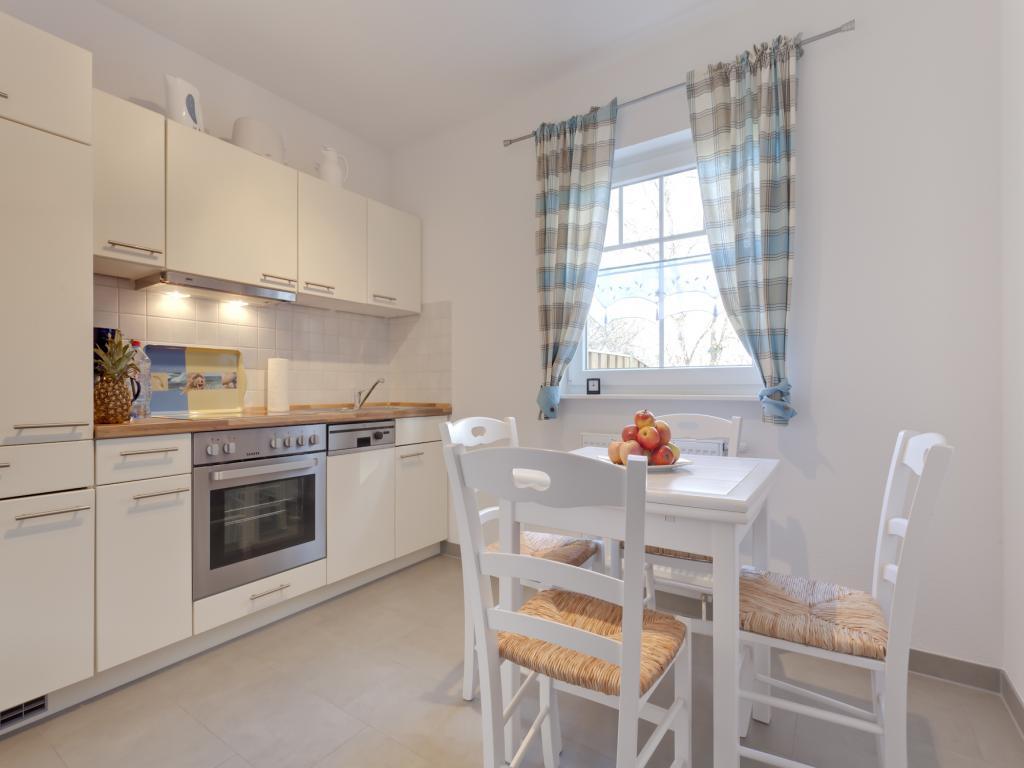 Separate Küche mit Geschirrspüler und Sitzplatz