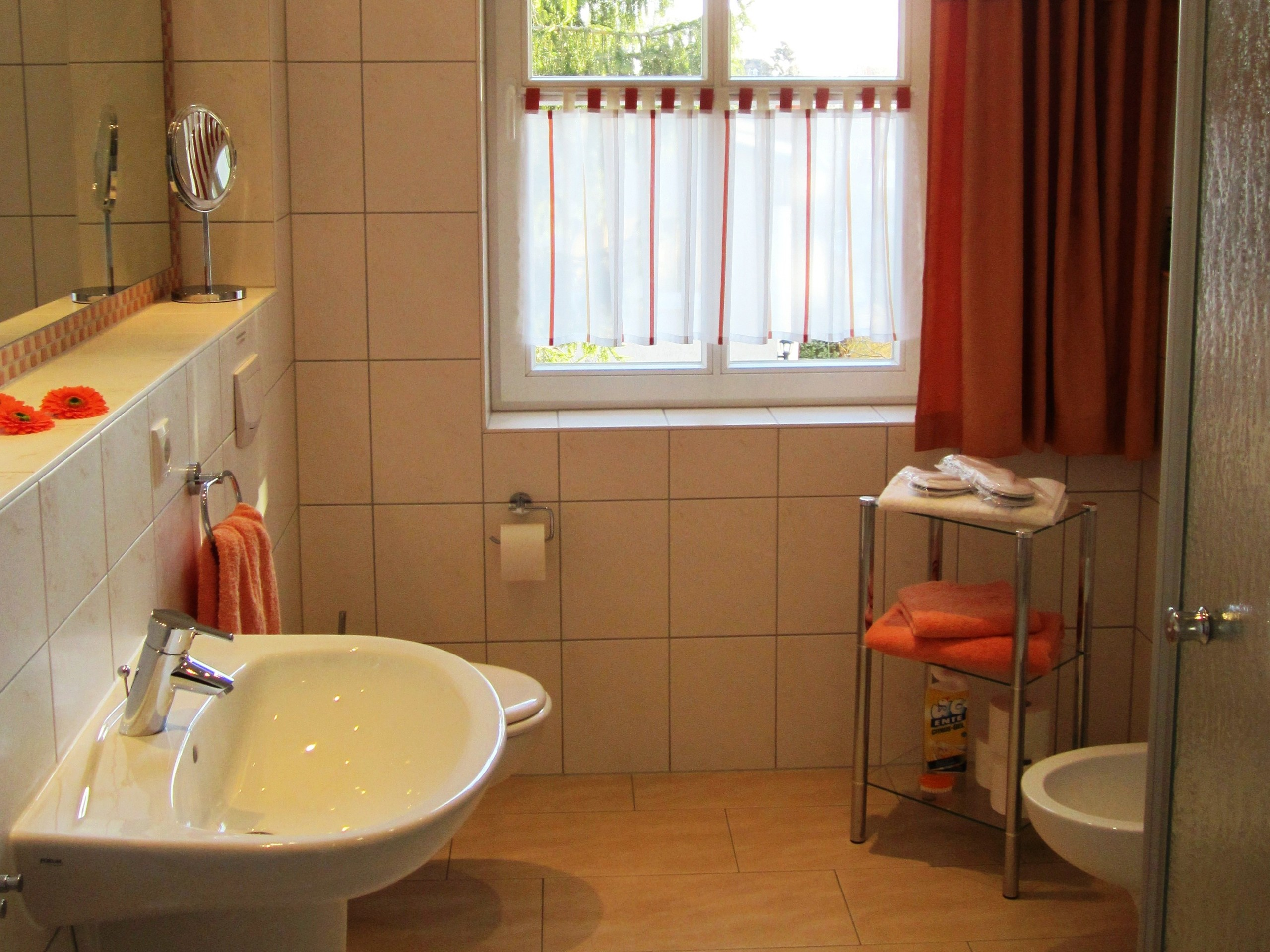 Sauberes und geräumiges Bad im OG