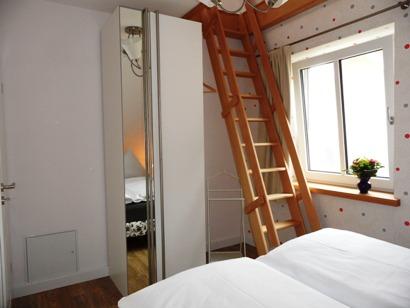 2. Schlafzimmer - Treppe nach oben z. 3. Schlafzimmer